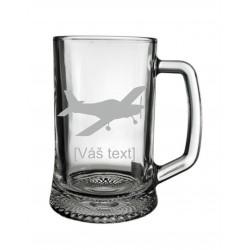 SESTAVTE SI: Pískovaný skleněný půllitr s motivem sportovní letadla dle výběru a Vaším textem